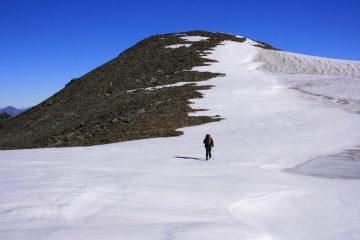 salendo verso la cima, si lambisce il piccolo Ghiacciaio del Truc Blanc