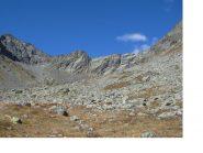 Al centro la P.Barale con a sx il Mont Servin e a dx parte della Torre d'Ovarda visti scendendo nel vallone del Rio Servin.