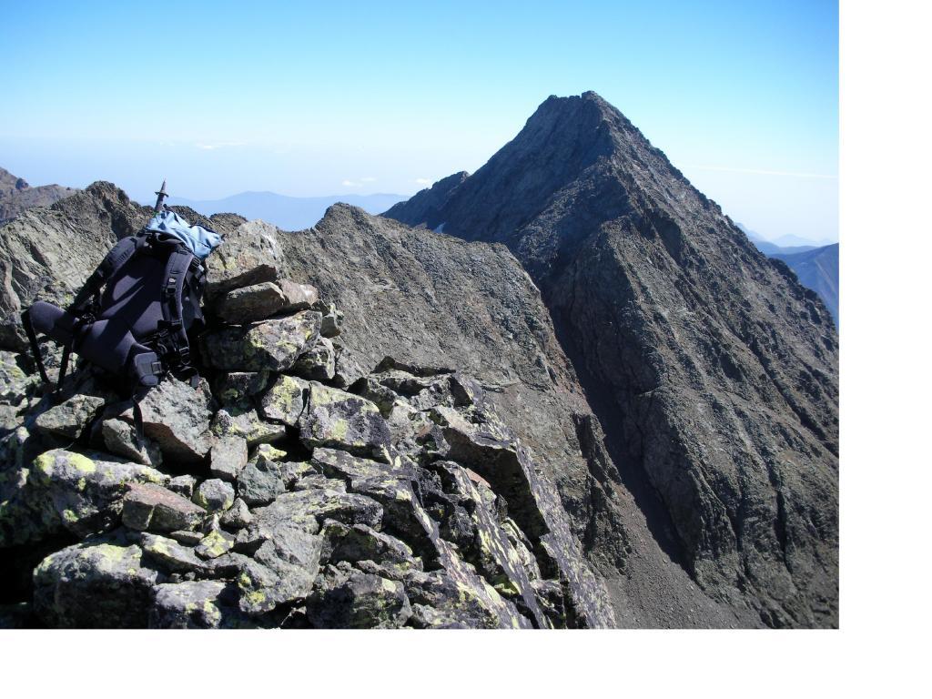 La Torre d'Ovarda vista dalla P.Barale ormai al termine della traversata di cresta...al centro in ombra e' il Passo del Canalone Rosso