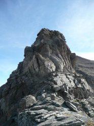 il salto roccioso della cresta da aggirare a sx
