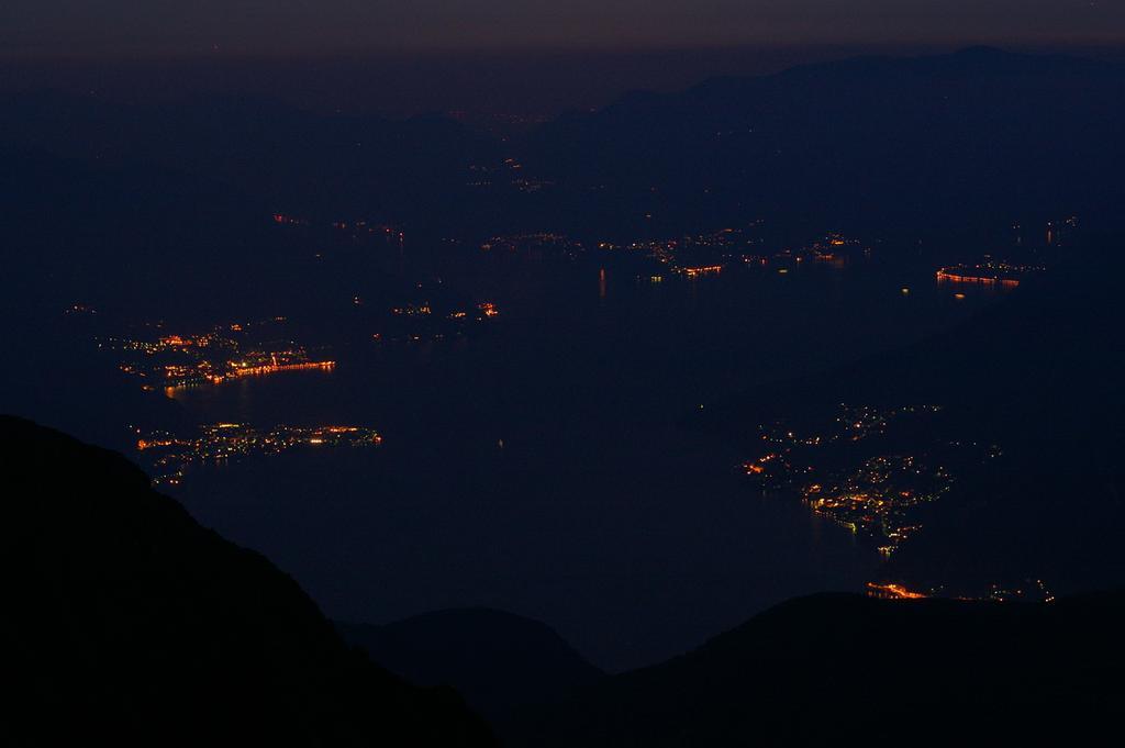 Lago di Como in notturna