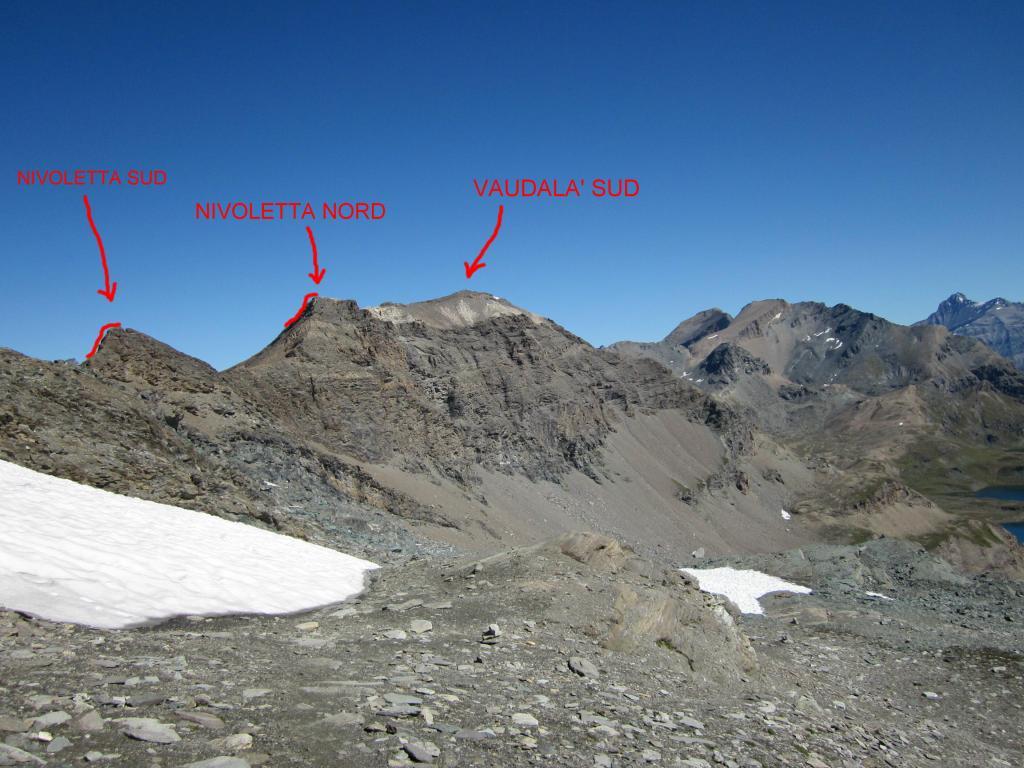 evidenziati i 2 brevi tratti di facile arrampicat