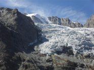 l'impressionante ghiacciaio della Tribolazione ,al centro la parete Est del Grampa,a sinistra i bivacchi Pol e Grappein