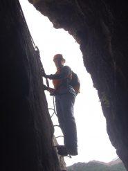 05 - Arlina mentre sende nella grotta