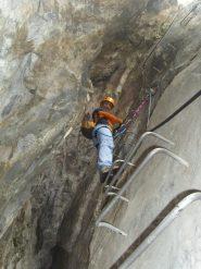 06 - Arlina mentre sende nella grotta (Il passaggio più caratteristico della ferrata)