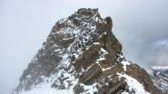 l'anticima vista dal colletto posto sotto la cima con il tratto di misto da superare (26-9-2010)