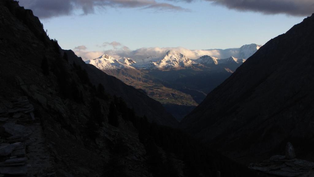 prime luci del sole verso il Gruppo del Velan, dal Vallone di Meyes (26-9-2010)