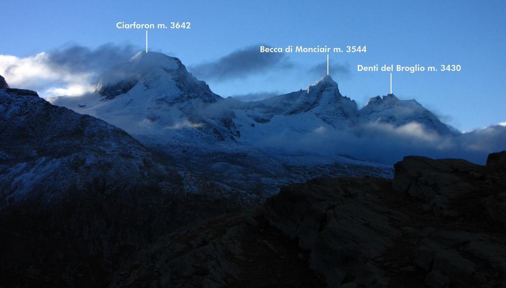 alba verso Ciarforon, Becca di Monciair e Denti del Broglio (26-9-2010)