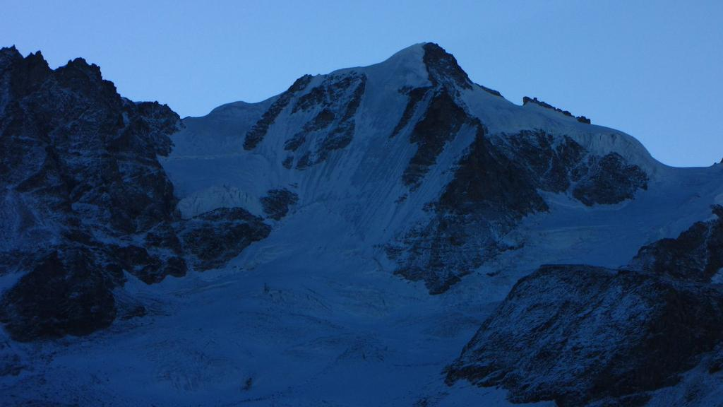 prime luci del giorno sul versante Nord del Gran Paradiso (26-9-2010)
