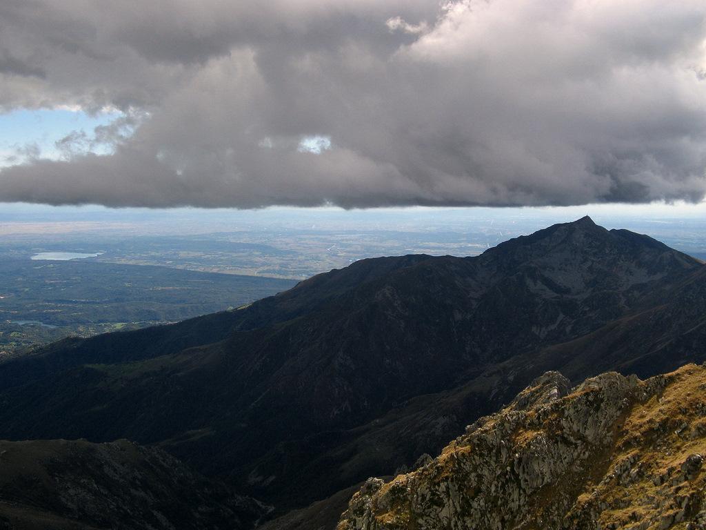 Nuvola minacciosa sul Mombarone