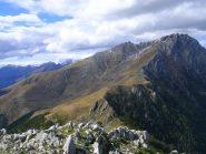 Sulla cima del Monte Berlinghera: al centro la cresta seguita in discesa, a sinistra la cresta e la cima della Corveggia