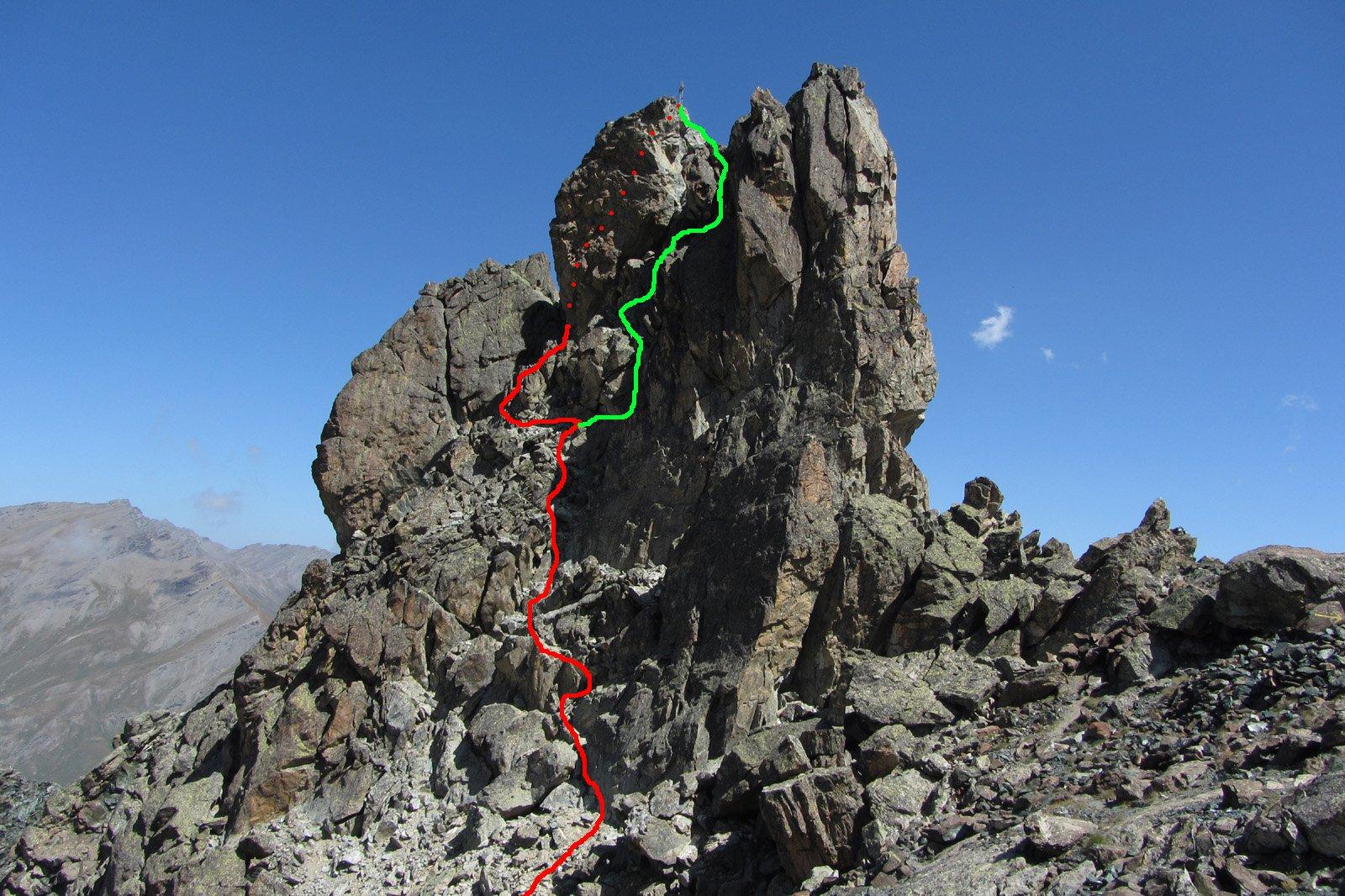 in rosso la via normale, in verde la variante diretta, dai pressi del colletto della tour real