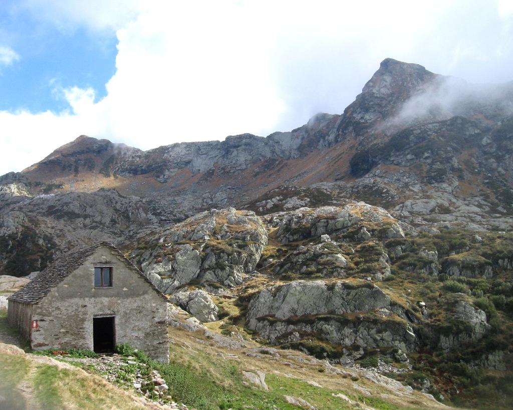 La cima vista dalle baite (con bivacco) dell' alpe Scaredi.