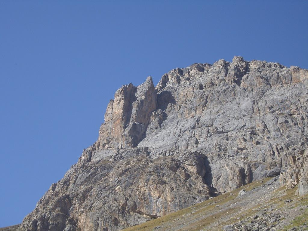 07 - prima di arrivare al lago, sulla sx le belle pareti della Roche Colombe