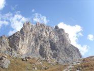 10 - lo spigolo ovest delle Aretes de la Bruyere che appaiono imponenti dal Grand Lac