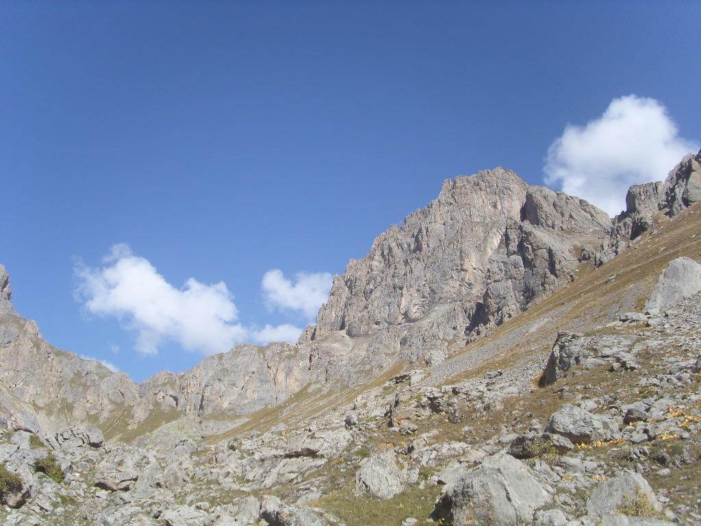 06 - Vallone da percorrere con balza di roccie finale prima del lago. Il punto di passaggio è il più basso al centro.