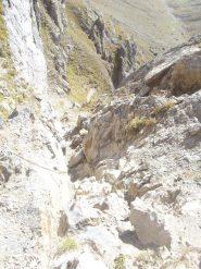 09 - il camino (seconda parte del tratto con corde fisse) visto dall'alto. Le corde possono aiutare in caso di roccia bagnata.