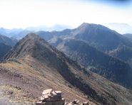 Salendo alla cima, a ritroso l'anticima. Sullo sfondo a destra il Monte Ruioch.