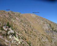 Il sentiero che conduce alla sella tra l'anticima e la cima, a destra nella foto