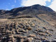 salendo verso il ripido pendio detritico e di roccette che porta alla cresta SE (16-10-2010)