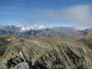 A sinistra, l'arrotondata forma del Monte del Prà con sfondo il Gran Paradiso
