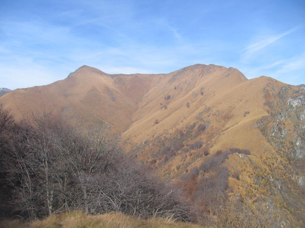 Monte Cerano e Poggio della Croce. Si vede il sentiero di salita sul pendio di destra e la cresta.