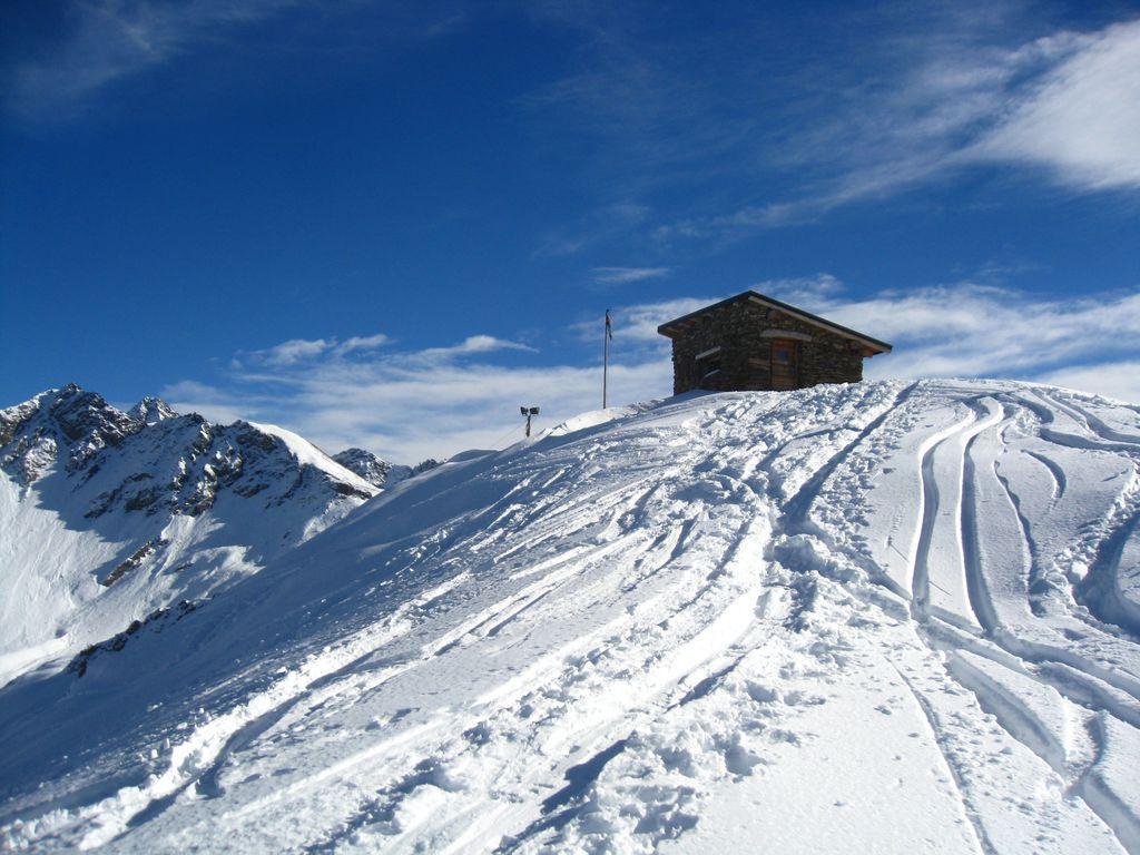 Il Bivacco e la bella neve verso la cima