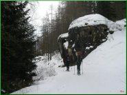 ...un bunker salendo lungo la strada di servizio degli impianti...