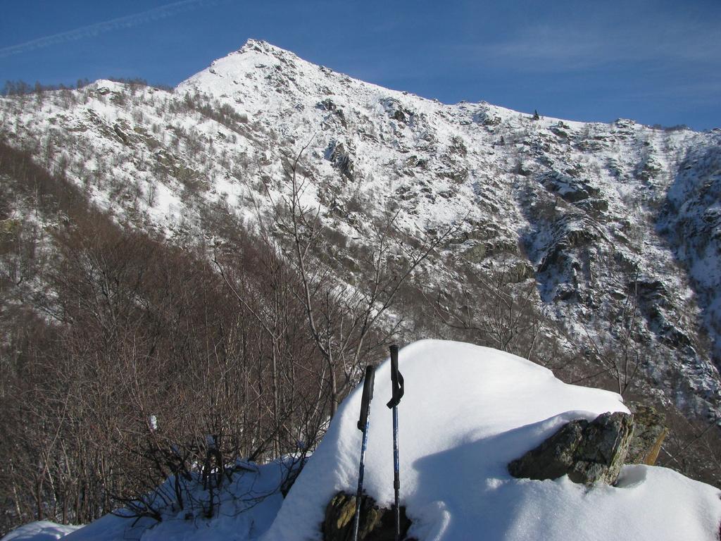 La cima del Deiro Nero con sfondo l'Arbella