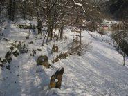 Piantoni in pietra, resti della staccionata , lungo la vecchia mulattiera