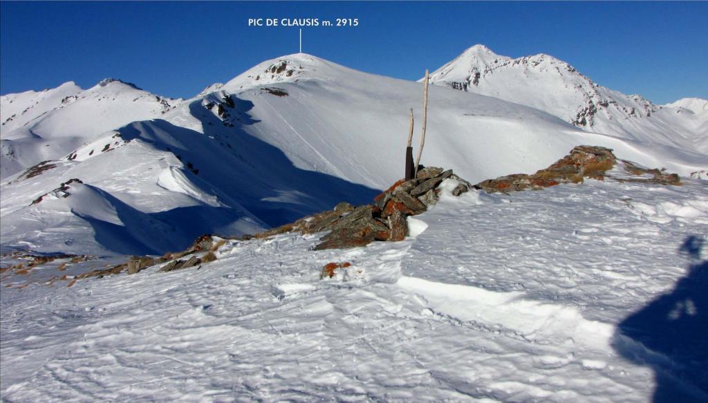 la vetta e la cresta ancora da risalire osservate dall'anticima (1-1-2011)