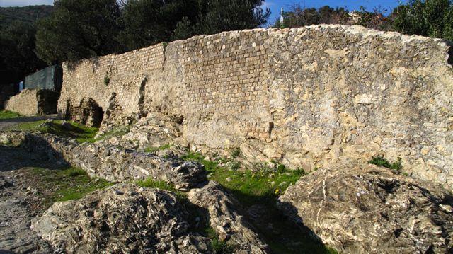 Lungo le antiche mura