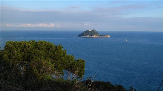 Isola Gallinara e macchia mediterranea nei colori del tramonto