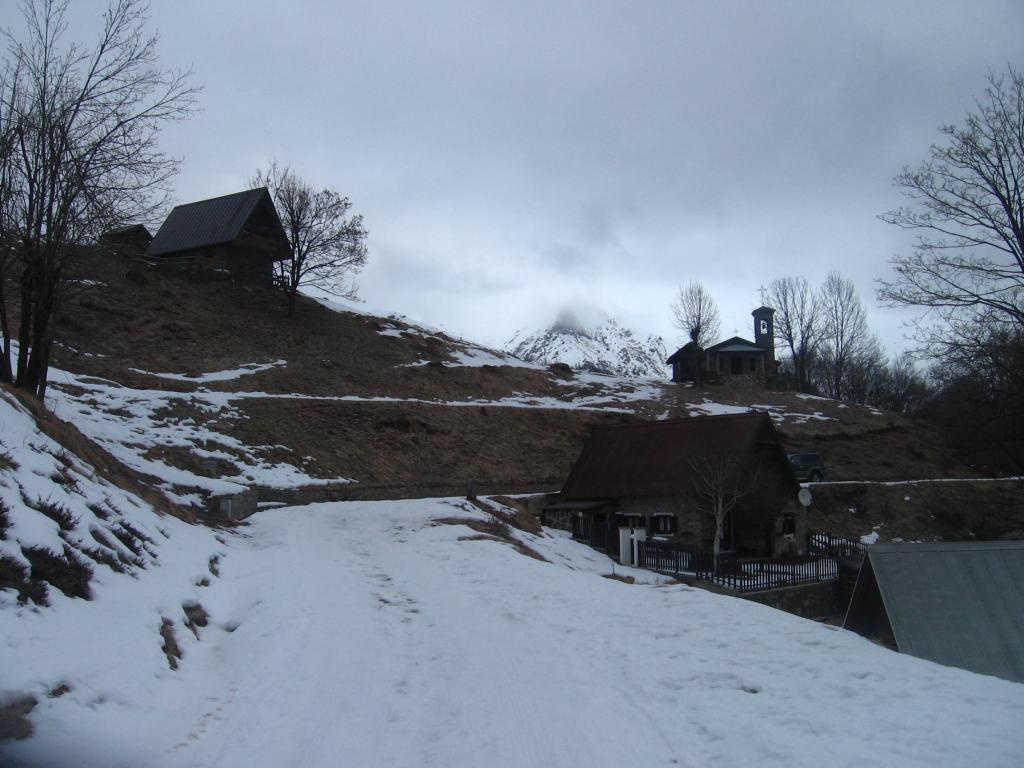 Arrivo all'alpe Le Piane. Sullo sfondo la Cima Ventolaro, in nebbia.
