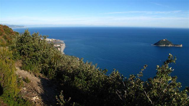 Lungo il sentiero dll'onda, l'isola Gallinara e Albenga