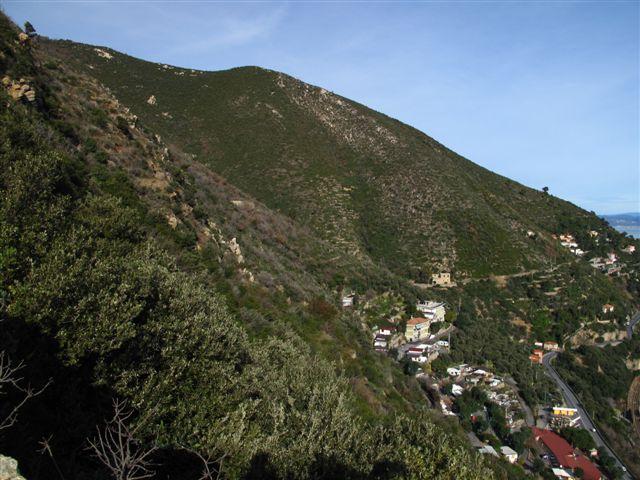 Salendo lungo il crinale si vedono in alto il sentiero dell'onda, in basso la via Julia Augusta e l'Aurelia