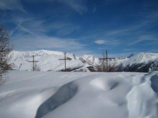 Le tre croci spuntano nella neve