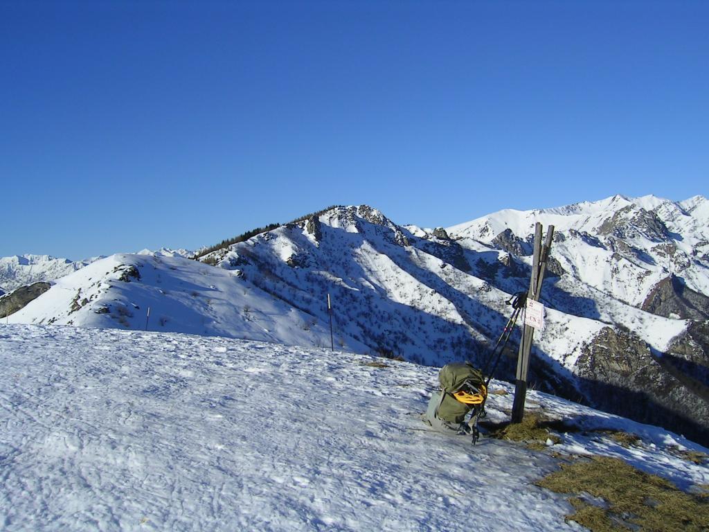 Il Beccas, in centro, visto dall'Alpe