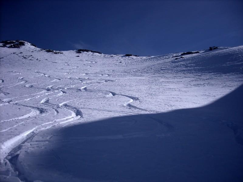 primo pendio sotto la punta: la neve è morbida, una