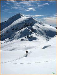 ...salendo con sullo sfondo Cima Montù...