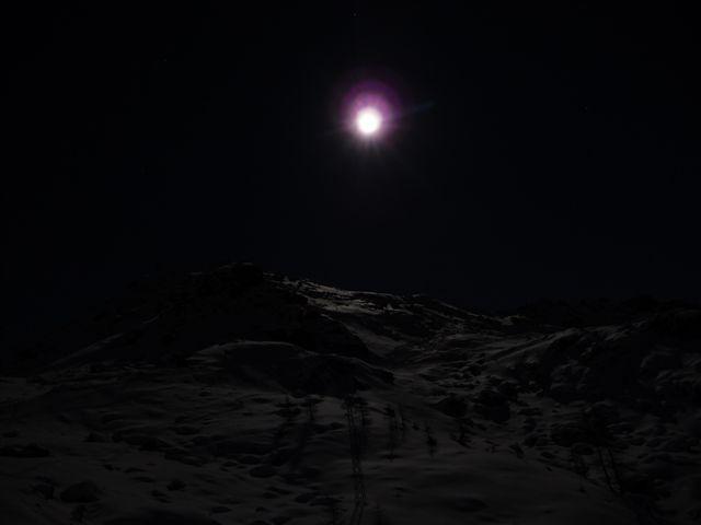 Discesa in notturna sotto magnifica luna piena