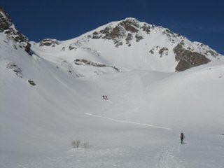 La cima vista dalla conca alla base dei pendii