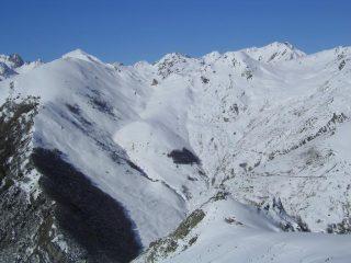 Panoramica dalla cima verso il Gorfi, la Pera Puntua, il Colle Peracontard, in basso il Gias Gardon e le Rocce Pinte