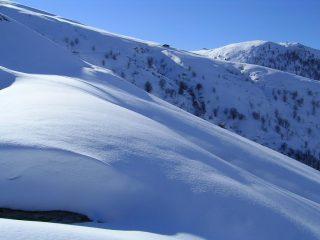 Accumuli di neve sullo stradone prima della nuova baita