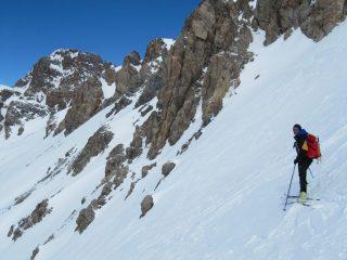 Dalla vetta con gli sci ai piedi (c'è parecchia neve anche sui pendii finali)