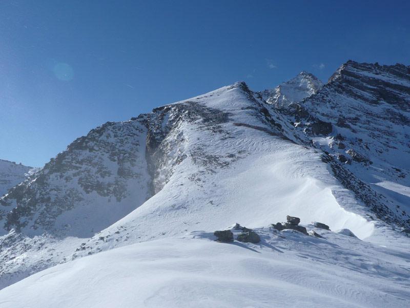 la cima vista dalla cresta poco oltre il colle di nel