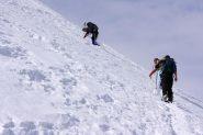 un tratto ripido lungo la parte alta del crestone SE verso la cima (26-2-2011)