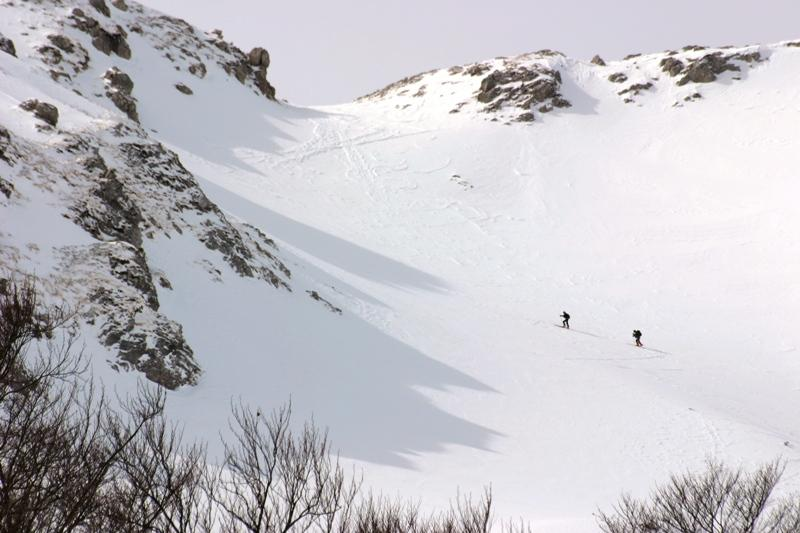 Due guardiaparco verso Passo Cavuto