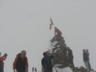 Piazzando la bandiera sul pilone