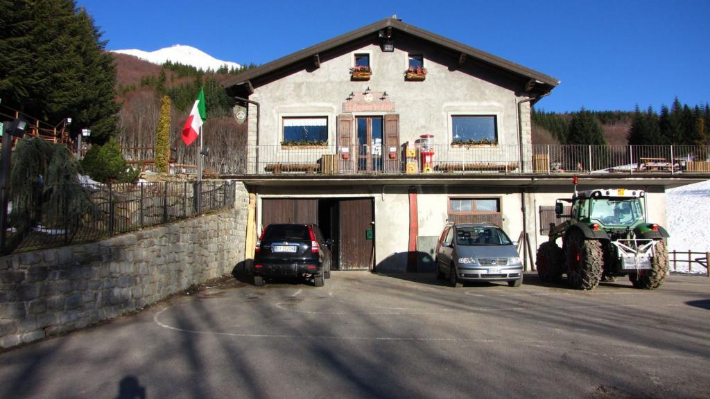 il Rifugio Capanna dei Celti m. 1372, punto di partenza per la salita al Cimone (18-3-2011)